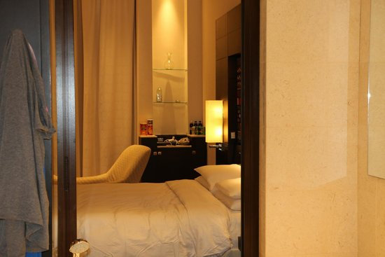 Park Hyatt Jeddah - Marina, Club & Spa : Slide door to bathtub from room