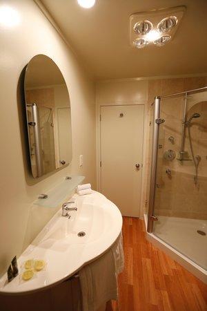 Rocky Mountain Chalets: Bathroom