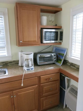 Beach Breeze Inn : Part of the kitchenette