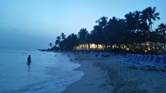 Viva Wyndham Dominicus Beach: Spiaggia di sera