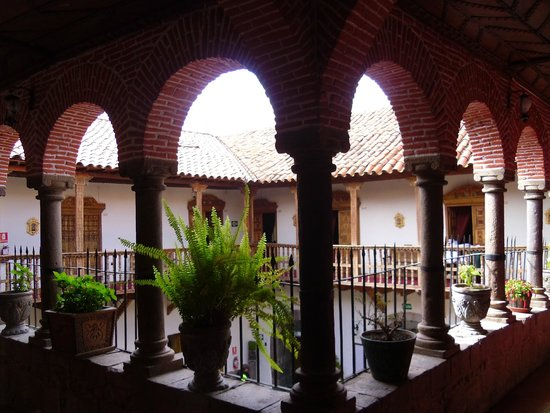 MARQUESES Boutique Hotel: view at the top of the stairs on 2nd floor of main courtyard.