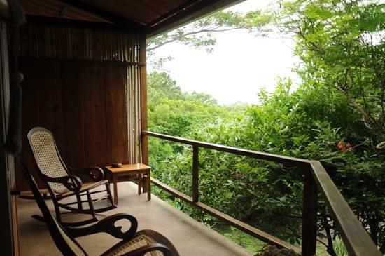 La Via Verde - Organic Farm and B&B: chaises berçantes sur balcon de chambre