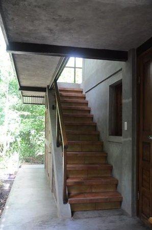 La Via Verde - Organic Farm and B&B: escalier menant à l'étage des chambres