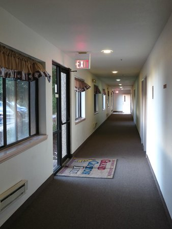 Grand Canyon Inn & Motel: hall to rooms