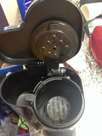 Super 8 Salina: Filthy coffee pot in room