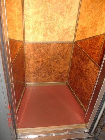 Hotel Doria: лифт