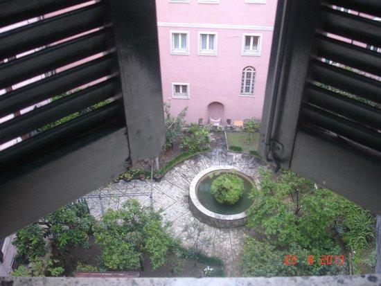 Hotel Doria: а из нашего окна, улица римская видна