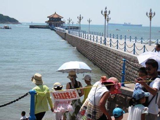 Zhanqiao Pier: 桟橋は波が高くて、立入禁止だが・・・