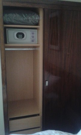 Hotel Reina Isabel: Spacious Room closet and safe
