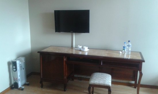 Hotel Reina Isabel: Spacious Room desk and flat tv