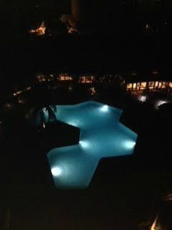 Hilton Marco Island Beach Resort: Pool area at night