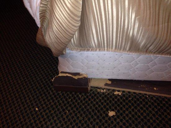 Clarion Inn & Suites: Broken bed