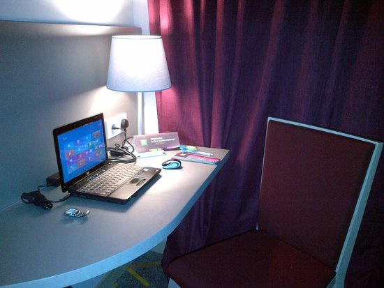 Ibis Styles Malang: work desk