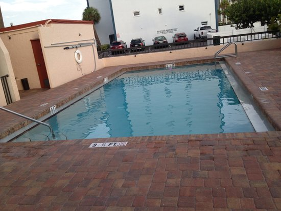 Gulf Gate Resort: Pool- clean and relaxing