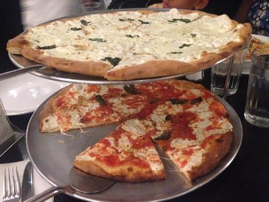 Juliana's Pizza : White Pizza, Pizza Margherita - Juliana's, Brooklyn