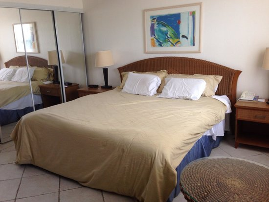 Divi Village Golf and Beach Resort: Small, outdated room