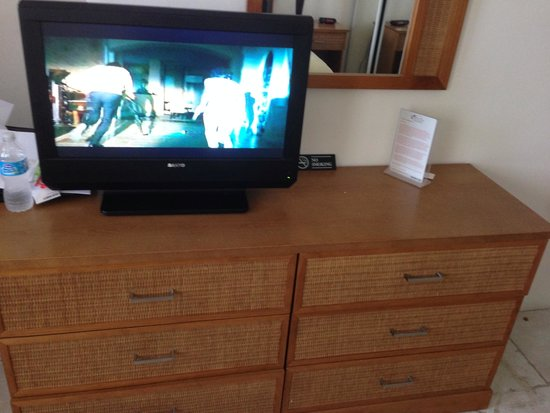 Divi Village Golf and Beach Resort: Tiny tv and chest of drawers