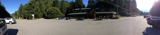 Sasquatch Inn: Hotel and parking lot