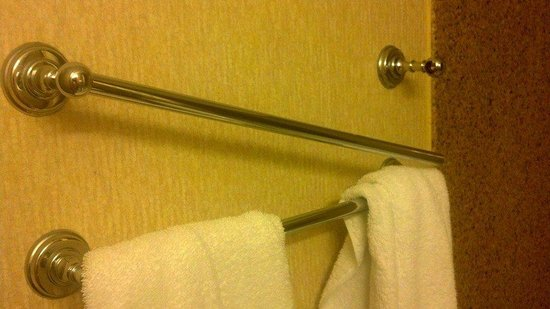 Cavalier Hotel: broken towel rack