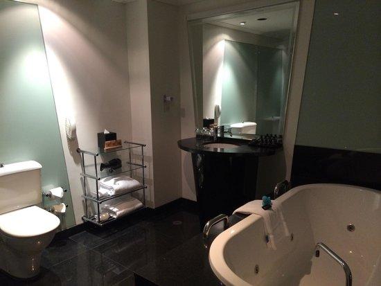 The Como Melbourne - MGallery by Sofitel: Bathroom room 603