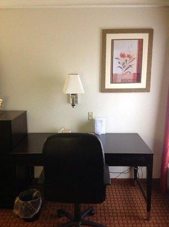 La Quinta Inn & Suites Mobile - Daphne: desk