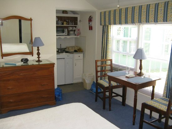 Greenbank Guest House and Cottages: Room and Kitchenette