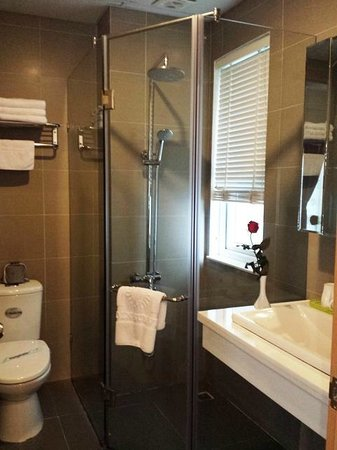 Golden Sun Villa Hotel: Bathroom
