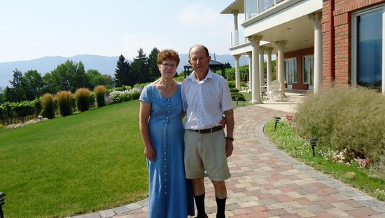 De Rosa Vineyard Bed and Breakfast: Anna & Benny De Rosa!!!  Your charming hosts!!!