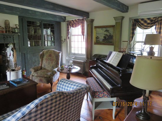 Olde Rhinebeck Inn: living room