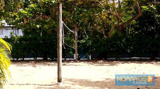 Nomads Cairns Backpackers and Serpent Bar: Volley Ball Court