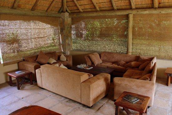 Timbavati Safari Lodge: Very cosy, inviting lounge area at the bar