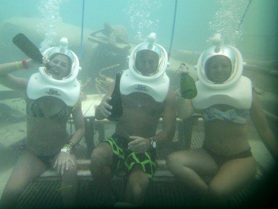 De Palm Island: A 7 metros de profundidad tomándonos un vinito.!!!