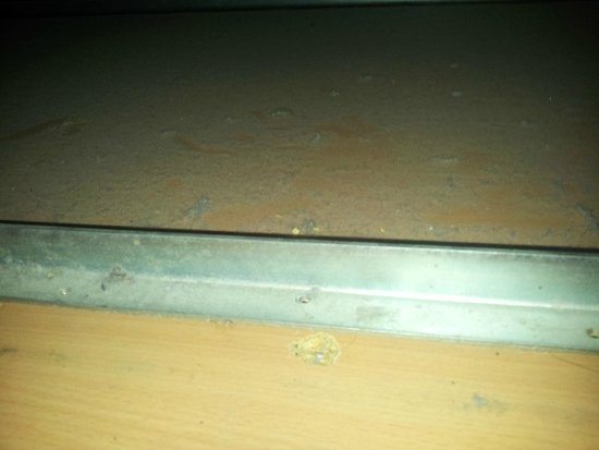 Sleep Express Motel : Thick disgusting dust under single bed