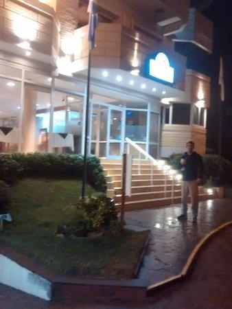 Villa Gesell Spa & Resort: frente hotel de noche