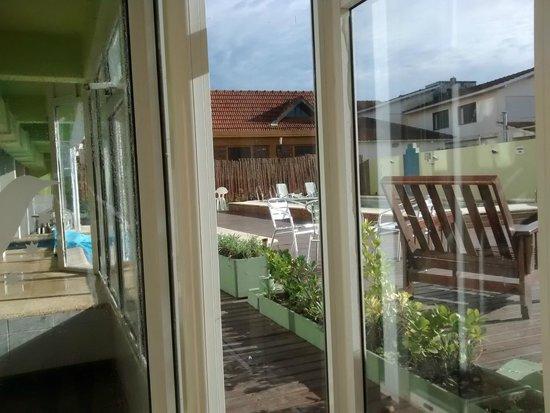 Villa Gesell Spa & Resort: vista del deck desde la recepcion