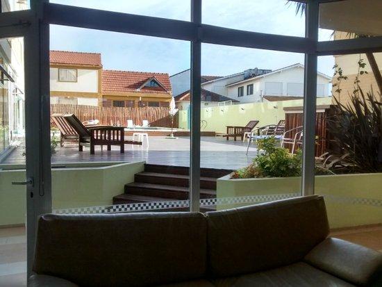 Villa Gesell Spa & Resort: deck visto desde recpecion 2