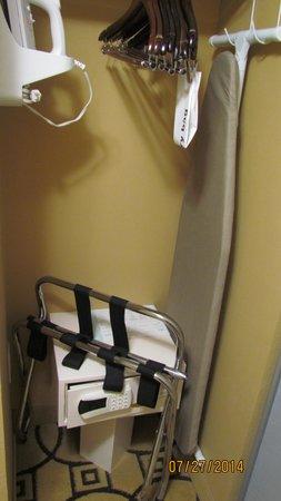 Hampton Inn & Suites Brunswick: Closet with safe