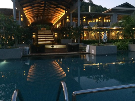 Kempinski Seychelles Resort : the pool and facing the back of the resort
