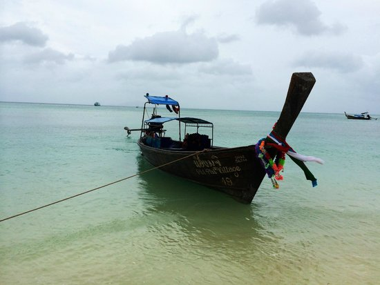 Phi Phi Island Village Beach Resort : A longboat, high tide