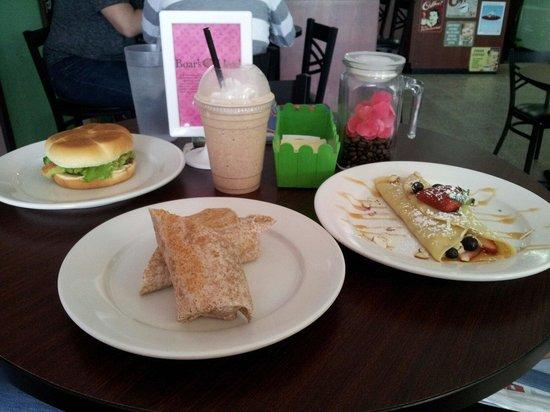 Verde Menta Cafe: Mahi-Mahi burguer, egg wrap and strawberry/blueberry crepe and white frozen/french vanilla mocha