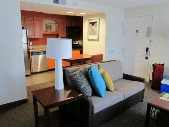 Residence Inn Seattle North/Lynnwood Everett : Sofa and Kitchen