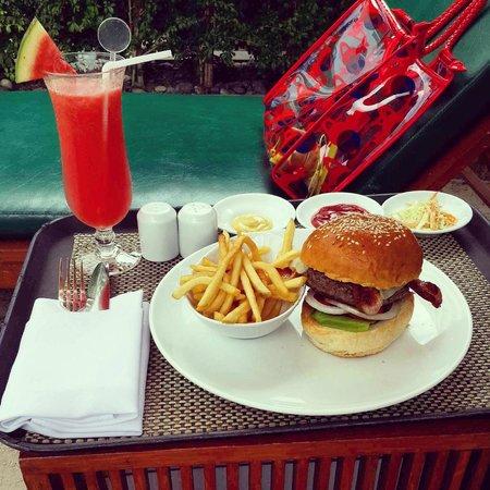 Millennium Hilton Bangkok: Hilton Burger at pool side