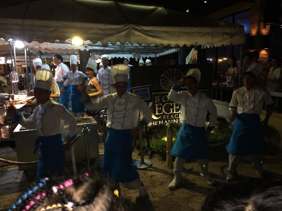 White Beach : The dancing cooks and waiters