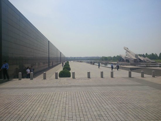 Tangshan Earthquake Memorial Hall: Square in front of the Memorial Wall
