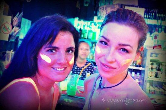 X Bar: HOT CHICKS :) HMMMM :)