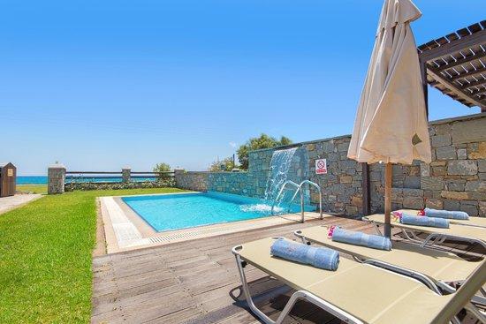 Horizon Line Villas: Pool with waterfall