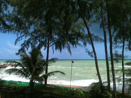 TUI Sensimar Khaolak Beachfront Resort: Beach was rough and the erosion was significant in off season