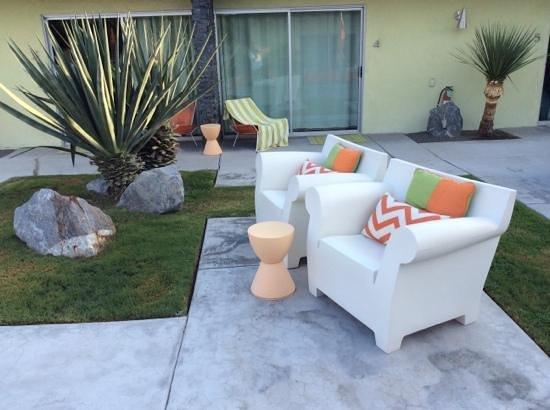Century Palm Springs : courtyard