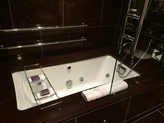 The Chatwal, A Luxury Collection Hotel, New York: Bathtub