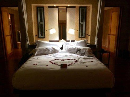 The St. Regis Bora Bora Resort : Bedroom on arrival, those were rose petals